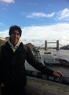 Turisme per Londres. Darrere es pot apreciar London Bridge.